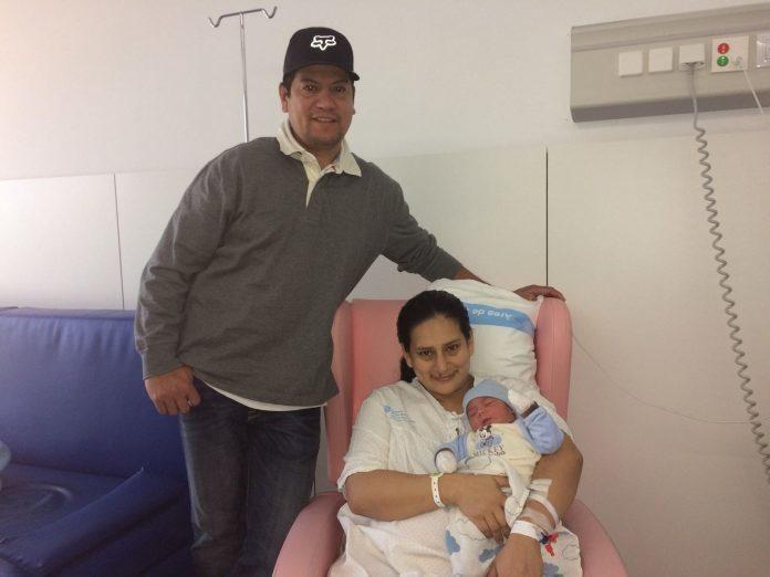 Foto de Gael y sus padres. Primwer niño nacido en el 2018