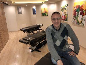 Karel Deprez en su consulta de Axis Quiropractic